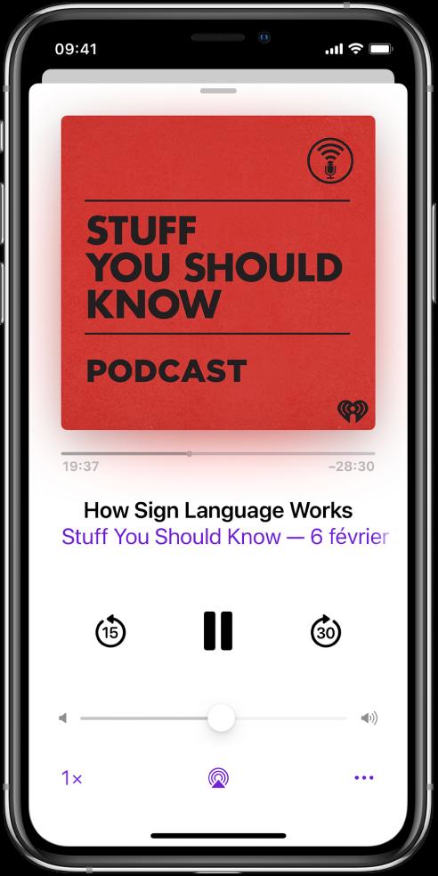Les commandes de lecture sur l'écran À l'écoute. Sous l'illustration du podcast, faites glisser le curseur de position de la piste pour revenir en arrière ou avancer. Sous le titre de l'épisode se trouvent les boutons permettant de revenir en arrière, de lancer la lecture, de mettre en pause et d'avancer rapidement. En dessous de ces boutons se trouve la commande de volume. Dans le coin inférieur gauche se trouve la commande permettant de modifier la vitesse de lecture. Dans l'angle inférieur droit se trouve le bouton Plus.