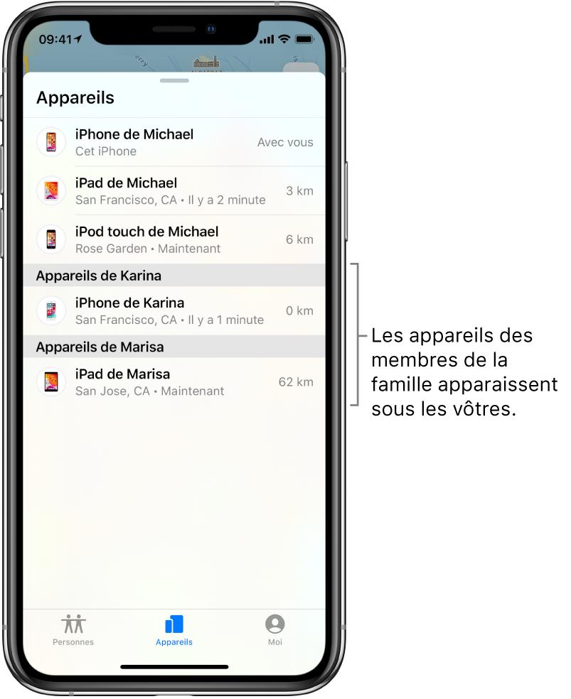 L'onglet Appareils de l'app Localiser. Les appareils de Michael se trouvent en haut de la liste. L'iPhone de Karina et l'iPad de Marisa figurent en dessous.