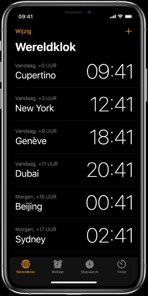 In het tabblad 'Wereldklok' zie je hoe laat het in allerlei steden is. Tik op 'Wijzig' linksbovenin om de volgorde van de klokken te bepalen. Tik op de toevoegknop rechtsbovenin om klokken toe te voegen. Onderin zie je de knoppen 'Wereldklok', 'Wekker', 'Stopwatch' en 'Timer'.
