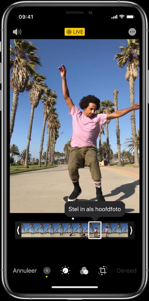 Een LivePhoto-scherm met in het midden de LivePhoto. De knop 'Live' staat boven in het midden en de knop 'Geluid' staat linksbovenin. Onder de LivePhoto staat de frameviewer, waarbij de knop 'Stel in als hoofdfoto' actief is. Aan beide zijden van de frameviewer staan twee balken waarmee je de LivePhoto kunt inkorten.