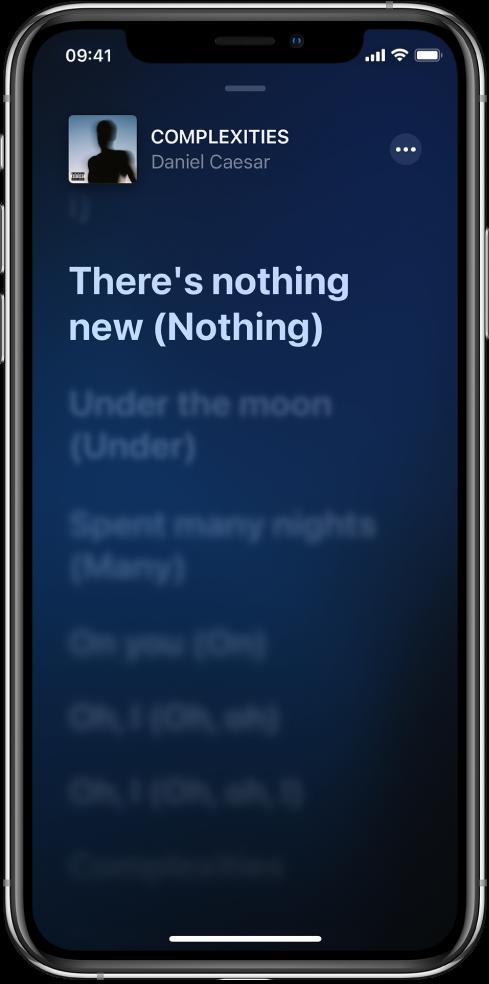 Het songtekstscherm met bovenin de titel van het nummer, de artiest en de knop 'Meer'. De huidige regel van de songtekst is gemarkeerd en de volgende regels zijn gedimd.
