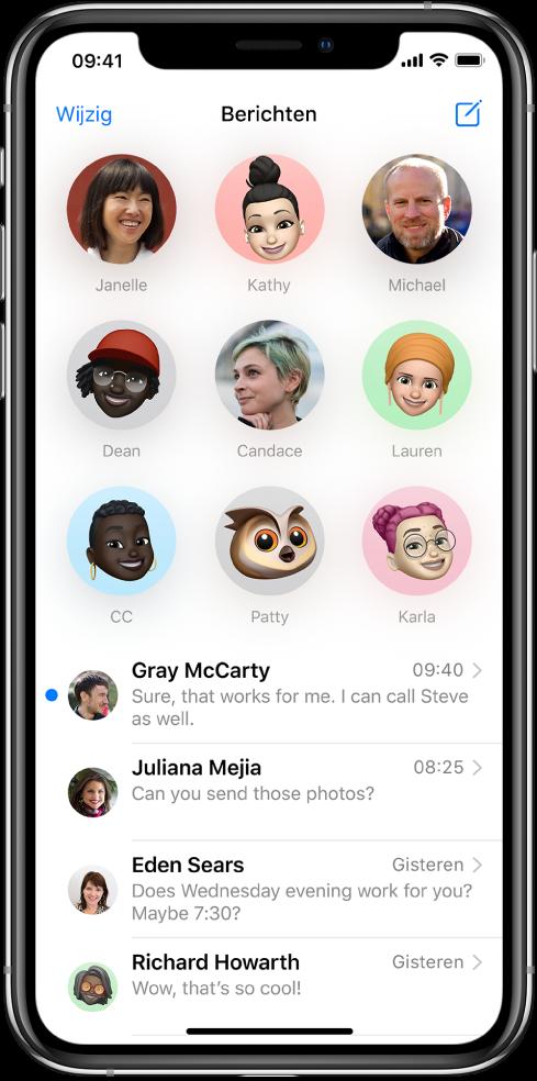 De lijst met gesprekken in de Berichten-app. Boven in het scherm staan negen afbeeldingen van contactpersonen in cirkels, om aan te geven dat die gesprekken zijn vastgemaakt. Daaronder staat de lijst met gesprekken.