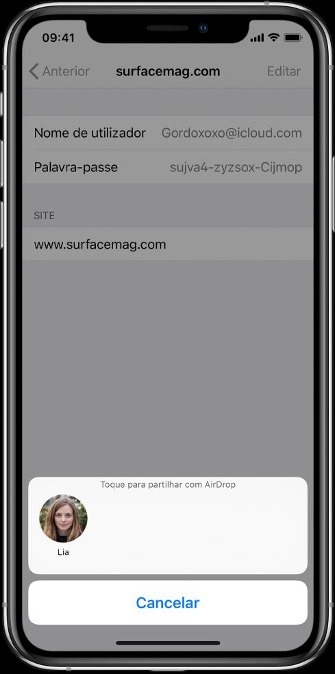 """O ecrã de conta de um site. Na parte inferior do ecrã, um botão mostra uma imagem de Lia por baixo da instrução """"Toque para partilhar com AirDrop""""."""