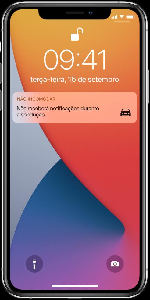 A notificação de Não incomodar durante a condução no ecrã bloqueado.