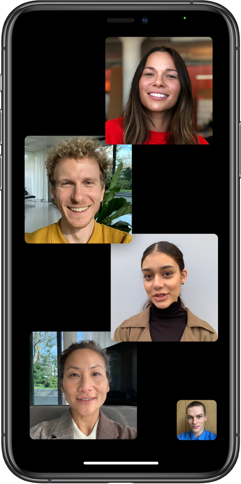 Uma chamada FaceTime de grupo, com cinco participantes, incluindo o criador da chamada. Cada participante é apresentado num mosaico diferente.