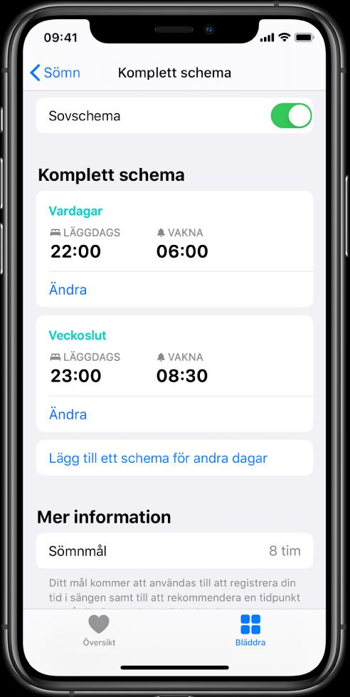 Skärmen Komplett schema för Sömn i appen Hälsa. Sovschema är aktiverat överst på skärmen. Mitt på skärmen finns ett sovschema för veckodagar och ett sovschema för helger. Under det finns en knapp för att lägga till ett schema för andra dagar. Längst ned på skärmen visar avsnittet Mer information ett sömnmål på 8timmar.