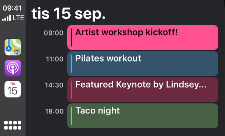 En kalenderskärm i CarPlay som visar fyra aktiviteter för tisdagen den 15 september.
