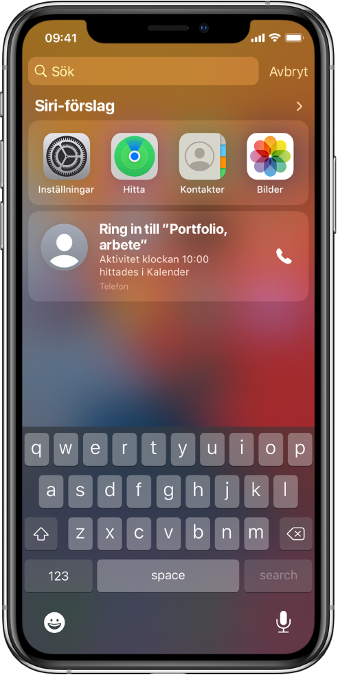 Låsskärmen på iPhone. Under Siri-förslag finns apparna Inställningar, Hitta, Kontakter och Bilder. Under appförslagen finns ett förslag att ringa in till Portfolio work session, vilket är en aktivitet i Kalender.