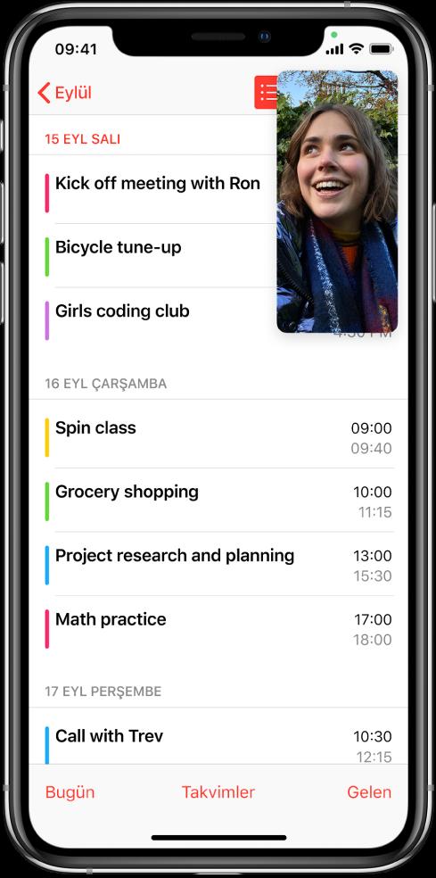 Sağ üst köşede FaceTime görüşmesini ve Takvim uygulamasının ekranın geri kalanını doldurduğunu gösteren bir ekran.