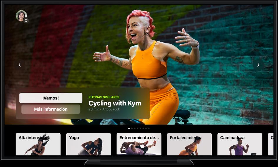 Una TV mostrando la pantalla de Apple Fitness+, incluyendo los tipos de entrenamiento y un entrenamiento de ciclismo recomendado.