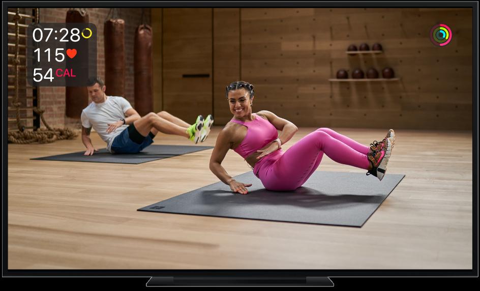 Una TV mostrando un entrenamiento de torso de Apple Fitness+ con mediciones en la pantalla, que incluyen el tiempo restante, frecuencia cardiaca y calorías quemadas.