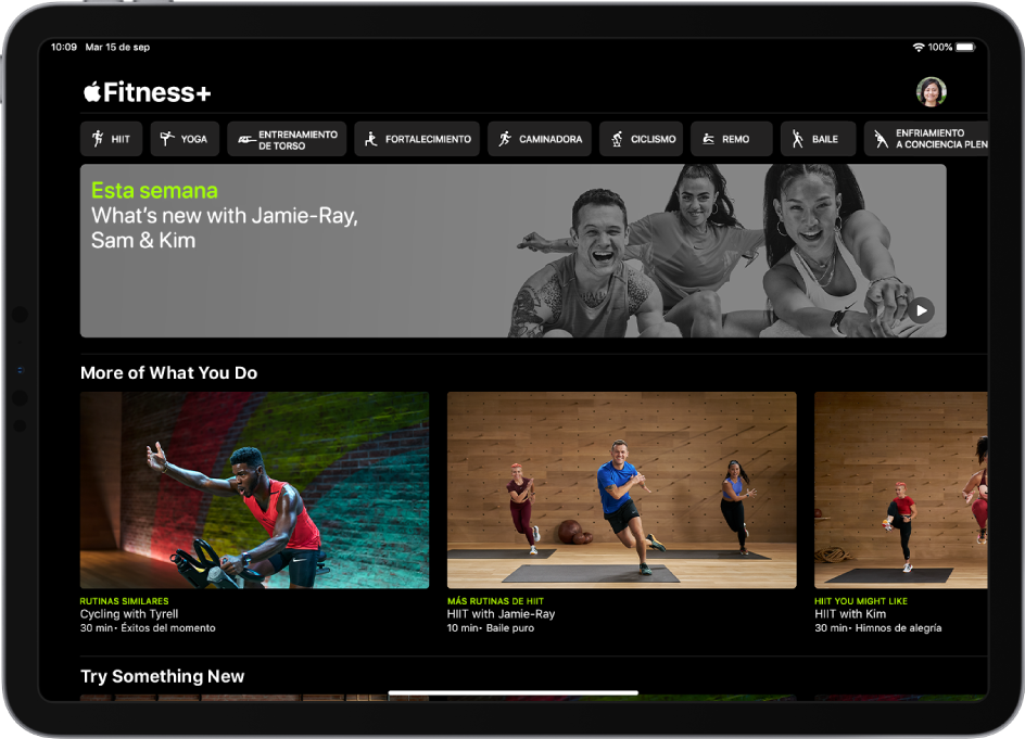 La página principal de Fitness+ mostrando varios tipos de entrenamiento, un video de los nuevos entrenamientos de esta semana, y entrenamientos recomendados.