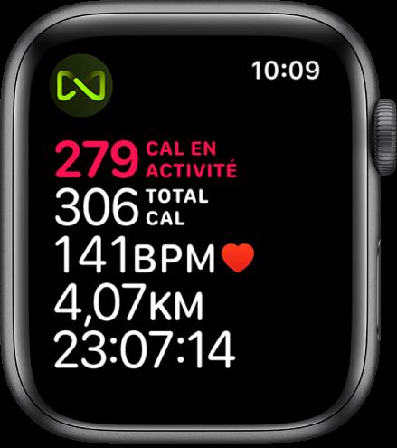 Un écran d'Exercice qui affiche les informations relatives à un entraînement sur tapis roulant. Un symbole situé dans le coin supérieur gauche indique que l'AppleWatch est connectée sans fil au tapis roulant.