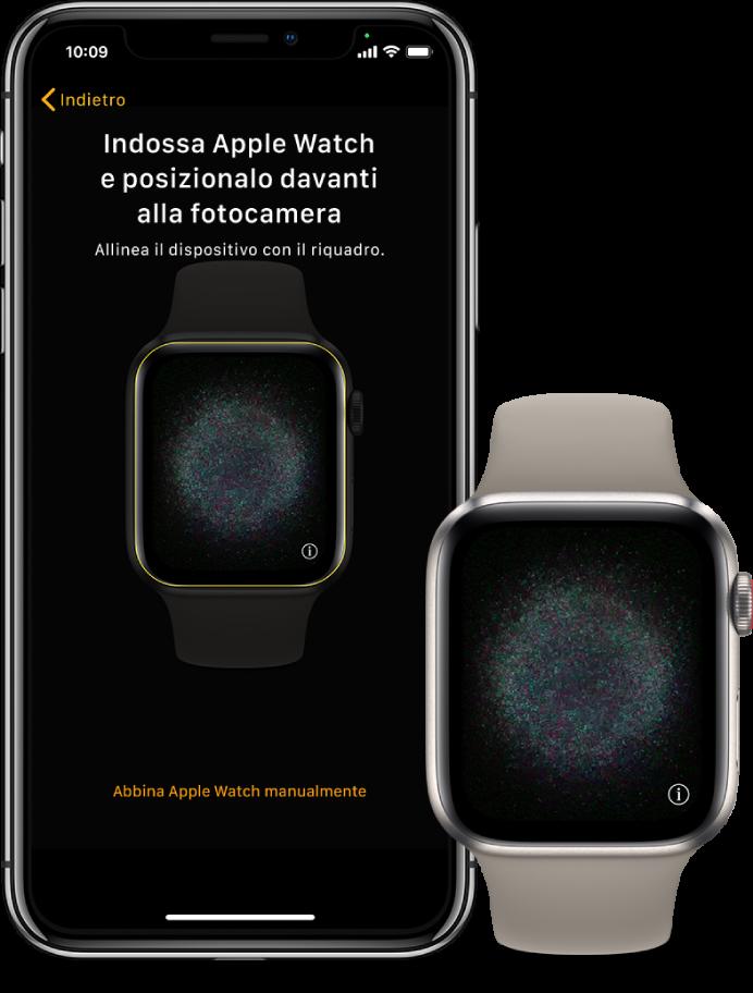 Un iPhone e un AppleWatch, uno accanto all'altro. Lo schermo di iPhone con le istruzioni di abbinamento di AppleWatch, e la schermata di AppleWatch con un'immagine della procedura di abbinamento.