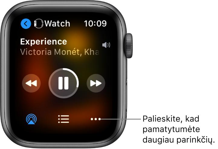 """""""Now Playing"""" ekranas, kurio viršuje kairėje rodomas """"Watch"""" su į kairę nukreipta rodykle, kurią paspaudus atidaromas įrenginio ekranas. Toliau rodomas dainos pavadinimas ir atlikėjo vardas. Leidimo valdikliai yra viduryje. """"AirPlay"""", garso takelių sąrašas ir papildomų parinkčių mygtukai rodomi ekrano apačioje."""