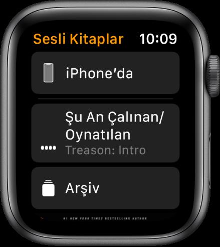 En üstte iPhone'da düğmesini, aşağıda Şu An Çalınan ve Kitaplık düğmelerini, en altta da sesli kitabın kapak resminin bir kısmı ile Sesli Kitaplar ekranını gösteren Apple Watch.