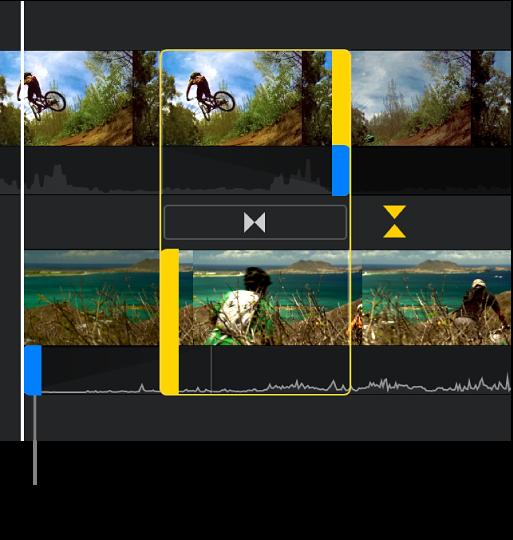 Der Präzisionseditor mit einem geteilten Schnitt in der Timeline, bei dem die Audiospur des zweiten Clips vor seinem Video beginnt