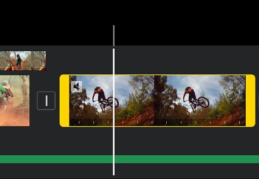Un clip video nella timeline con indicatori di intervallo gialli a ciascuna estremità e il punto di riproduzione posizionato dove verrà aggiunto il fermo immagine.