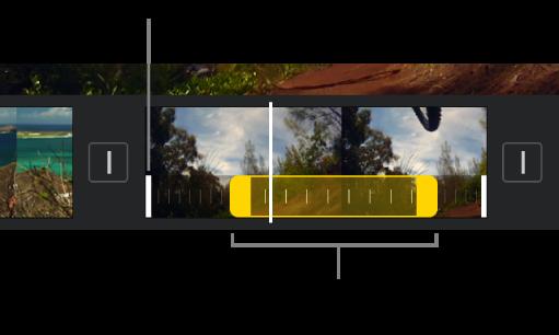 Un intervallo di velocità con indicatori di intervallo gialli in un clip video nella timeline, con linee bianche nel clip che indicano i bordi di intervallo.