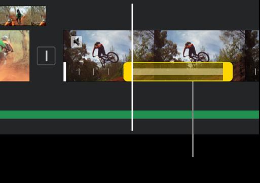 Un fermo immagine con indicatori di intervallo gialli nella parte inferiore di un clip video nella timeline, con il fermo immagine che inizia nella posizione del punto di riproduzione.
