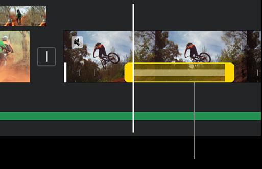 Khung hình tĩnh với các bộ điều khiển phạm vi màu vàng ở cuối clip video trong dòng thời gian, với khung hình tĩnh đang bắt đầu tại vị trí đầu phát.