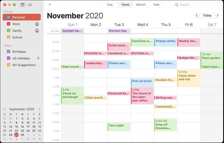 Une fenêtre de Calendrier en présentation par mois affichant dans la barre latérale des calendriers personnels, professionnels, familiaux et scolaires auxquels est appliqué un code couleur sous l'en-tête du compte iCloud.