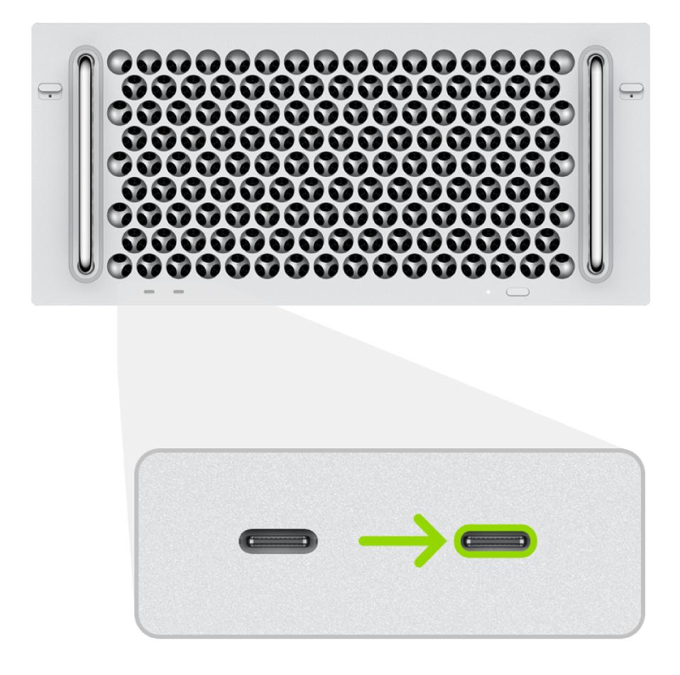 Die Rückseite eines in einem Rack installierten MacPro (2019) mit zwei Thunderbolt-Anschlüssen (USB-C); der ganz rechts befindliche Anschluss wird hervorgehoben.