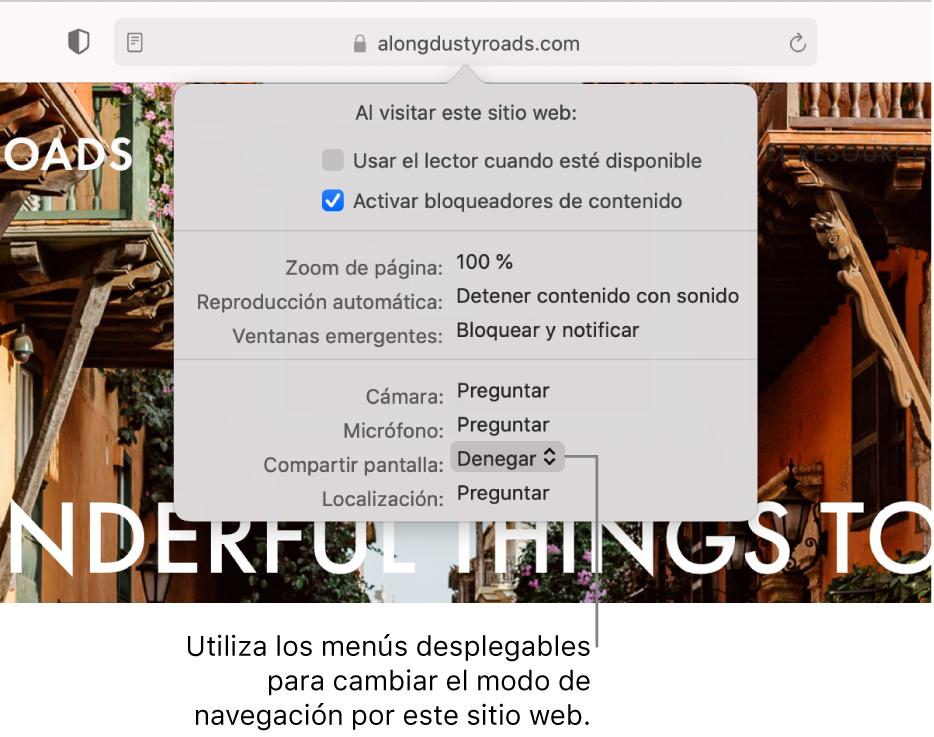 """Diálogo que aparece debajo del campo de búsqueda inteligente al seleccionar Safari> """"Ajustes para este sitio web"""". El diálogo consta de opciones para personalizar la forma de navegar por el sitio web abierto actualmente, lo que incluye el uso del lector, la activación de bloqueadores de contenido, etc."""