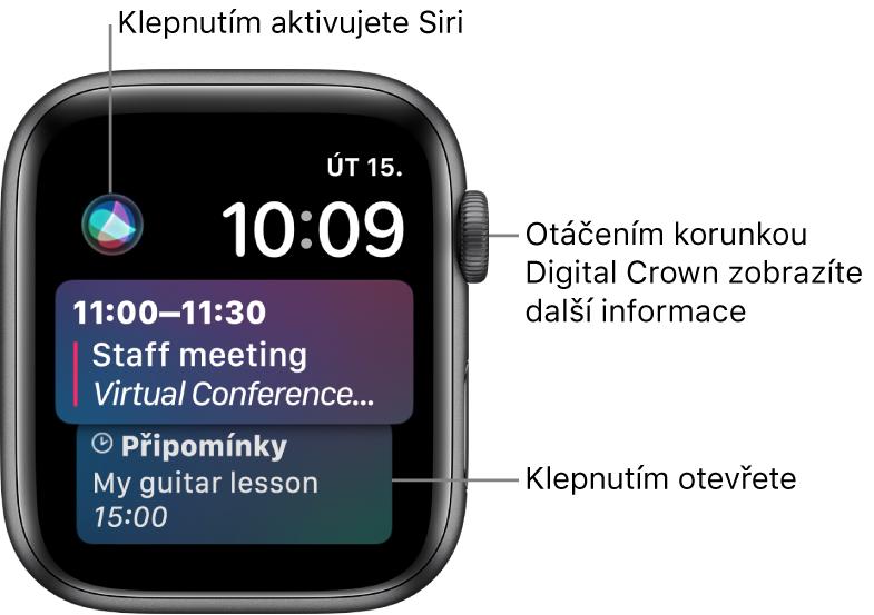 Ciferník Siri se zobrazenou připomínkou audálostí zkalendáře. Vlevo nahoře na displeji se nachází tlačítko Siri. Vpravo nahoře je zobrazeno datum ačas.