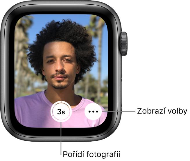 """Když používáte hodinky AppleWatch jako ovladač Fotoaparátu, na jejich obrazovce se zobrazuje to, co je vhledáčku iPhonu. Dole uprostřed se nachází tlačítko """"Pořídit obrázek"""" avpravo od něj tlačítko """"Další volby"""". Po pořízení fotografie vidíte vlevo dole tlačítko Prohlížeč fotografií."""