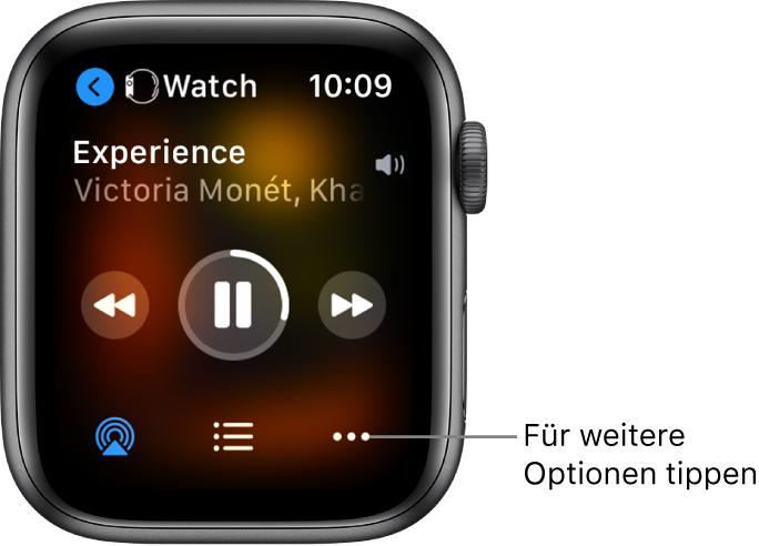 """Die Anzeige """"Jetzt läuft"""". Oben links wird die App """"Uhr"""" mit einem nach links weisenden Pfeil angezeigt, der dich zum Display des Geräts bringt. Darunter sind ein Titel und der Name des Künstlers zu sehen. In der Mitte befinden sich die Bedienelemente für die Wiedergabe. Unten befinden sich die Tasten """"AirPlay"""", """"Titelliste"""" und """"Optionen""""."""