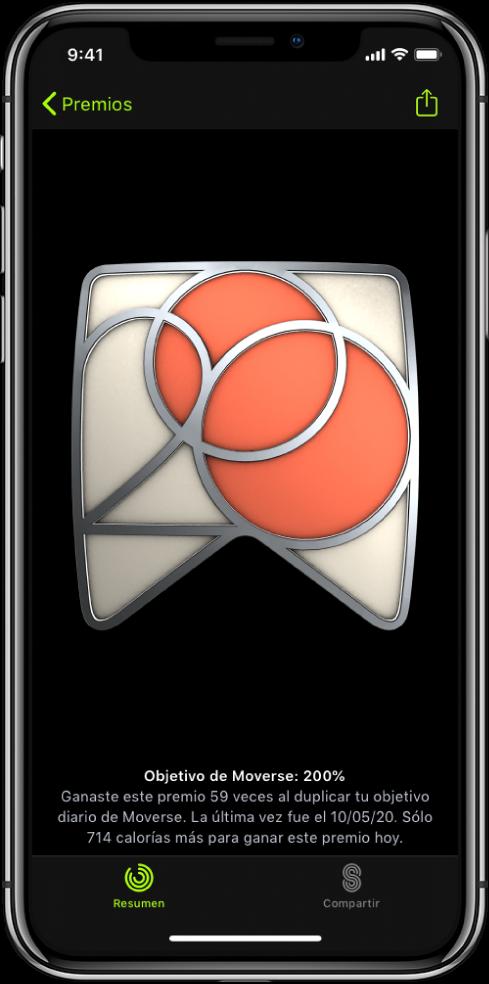 La pestaña Premios de la pantalla de la app Fitness en el iPhone, mostrando un premio de logro en medio de la pantalla. Puedes arrastrar para girar el premio. El botón Compartir está en la esquina superior derecha.