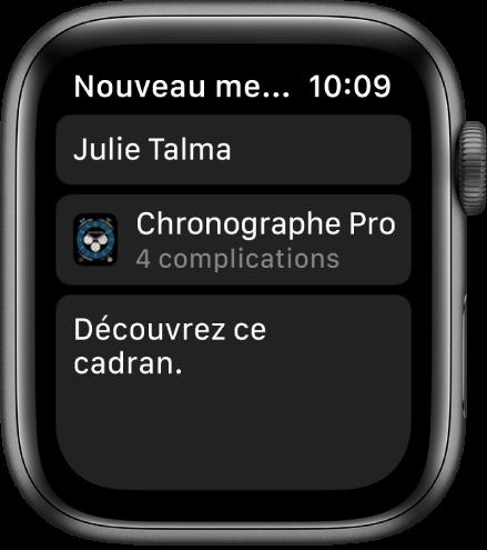 L'AppleWatch affichant un message de partage de cadran avec le nom du destinataire en haut, le nom du cadran en bas, et en dessous un message qui dit «Découvrez ce cadran».