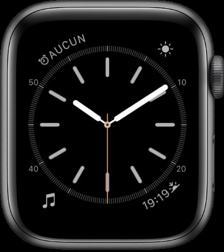 Cadran Simple, sur lequel vous pouvez ajuster la couleur de la trotteuse, la numérotation et les détails du cadran. Quatre complications sont affichées: Réveils en haut à gauche, Activité en haut à droite, Musique en bas à gauche, et Jour/Nuit en bas à droite.