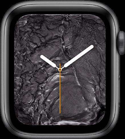 Cadran Métal liquide avec une horloge analogique au centre entourée par du métal liquide.