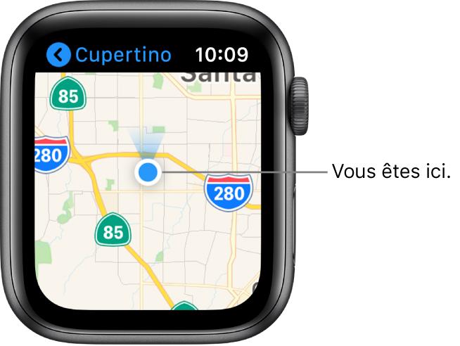 L'app Plans affichant un plan. Votre emplacement est indiqué à l'aide d'un point bleu sur le plan. Au-dessus du point de position se trouve un cône bleu indiquant que l'AppleWatch est orientée vers le nord.