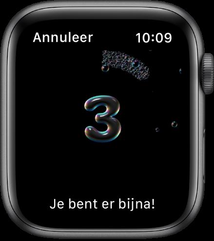 """Het scherm 'Handen wassen', met een timer die vanaf3 terugtelt. Onderin staat de tekst """"Je bent er bijna!"""""""