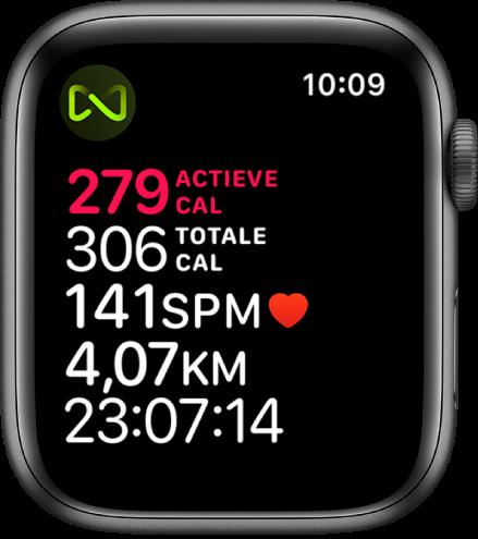Een Work-out-scherm met informatie over een work-out met een loopband. Linksboven geeft een symbool aan dat de AppleWatch draadloos met de loopband verbonden is.