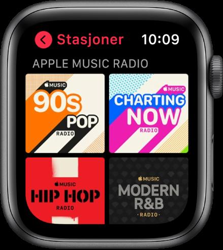 Radio-skjermen som viser fire AppleMusic-radiostasjoner.
