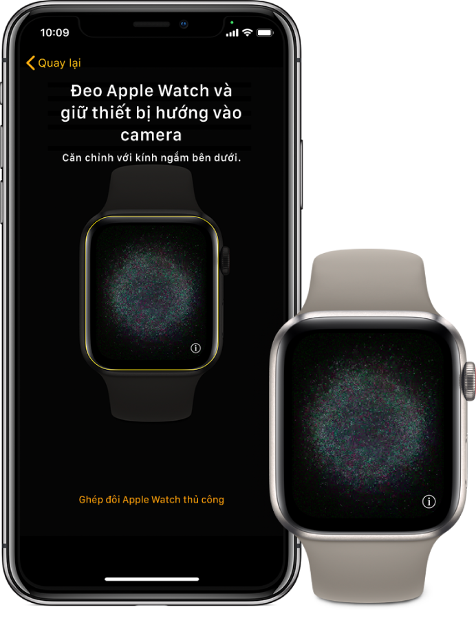 Một iPhone và đồng hồ ở cạnh nhau. Màn hình iPhone hiển thị hướng dẫn ghép đôi với Apple Watch được hiển thị trong kính ngắm và màn hình Apple Watch hiển thị hình ảnh ghép đôi.