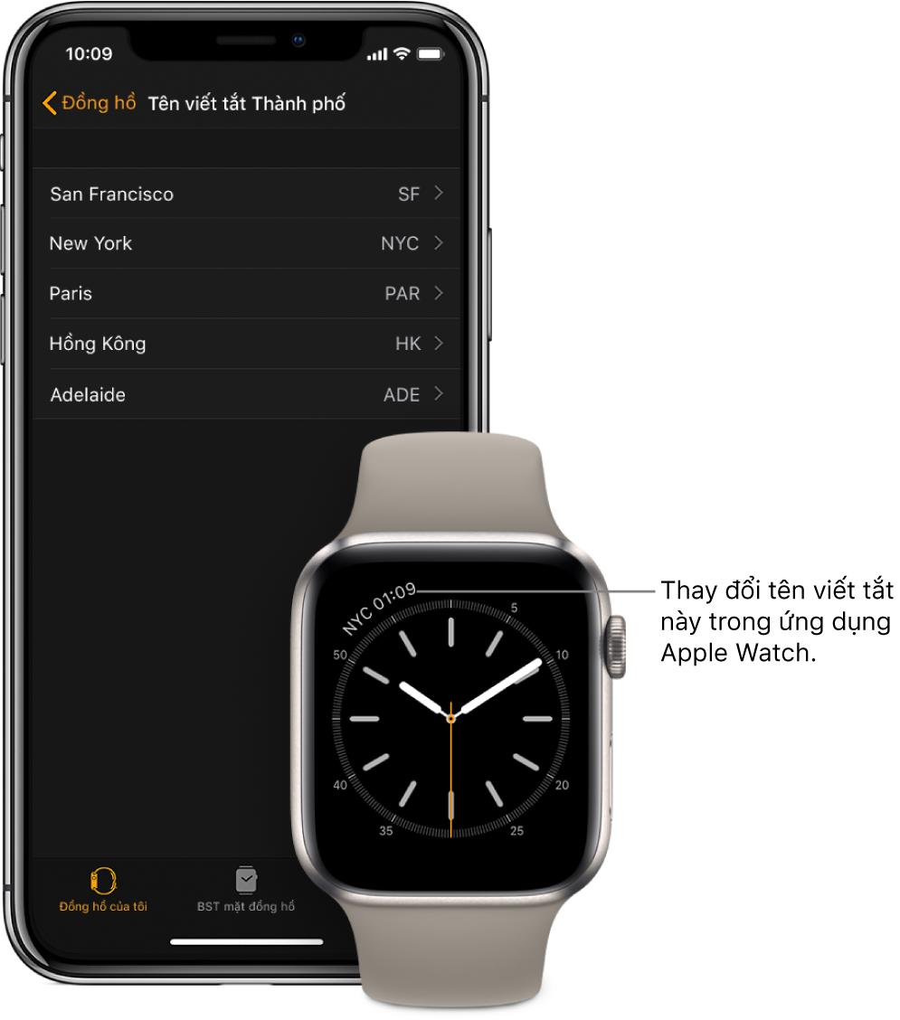 Một iPhone và AppleWatch ở cạnh nhau. Màn hình AppleWatch hiển thị thời gian tại thành phố New York, sử dụng chữ viết tắt NYC. Màn hình iPhone hiển thị danh sách các thành phố trong cài đặt Tên viết tắt thành phố, trong cài đặt Đồng hồ trong ứng dụng AppleWatch.