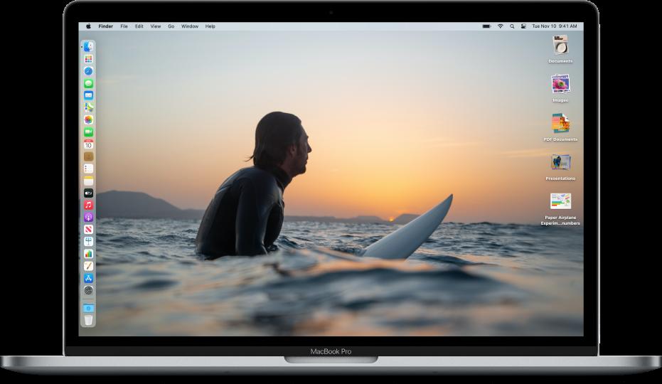 """Ein Mac-Schreibtisch im Modus """"Dunkel"""", einem eigenem Bild für den Schreibtischhintergrund, das Dock am linken Bildschirmrand und Schreibtischstapeln am rechten Bildschirmrand"""