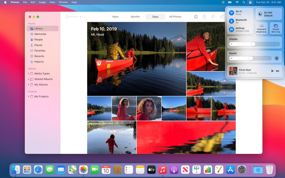 """Die geöffnete App """"Fotos"""", die bereit ist zum Teilen von Fotos mit der Funktion """"Bildschirmsynchronisierung"""" im Kontrollzentrum oben rechts auf dem Schreibtisch."""
