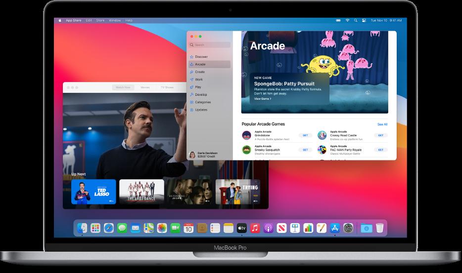 """Mac डेस्कटॉप जिस पर Apple TV ऐप """"अभी देखें"""" स्क्रीन दिखा रहा है और App Store ऐप Apple Arcade दिखा रहा है।"""