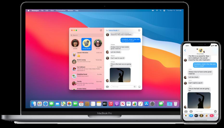 Mac के आगे स्थित iPhone टेक्स्ट संदेश दिखा रहा है, जहाँ Dock के दाएँ सिरे के पास स्थित Handoff आइकॉन यह संकेत देता है कि संदेश हैंड ऑफ़ किया जा रहा है।