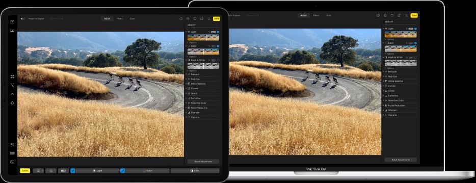 En iPad Pro ved siden av en MacBook Pro. Skrivebordet på Macen viser et bilde som redigeres i Bilder-appen. iPad Pro viser det samme bildet samt Sidecar-sidepanelet på venstre side av skjermen og Macens Touch Bar nederst på skjermen.
