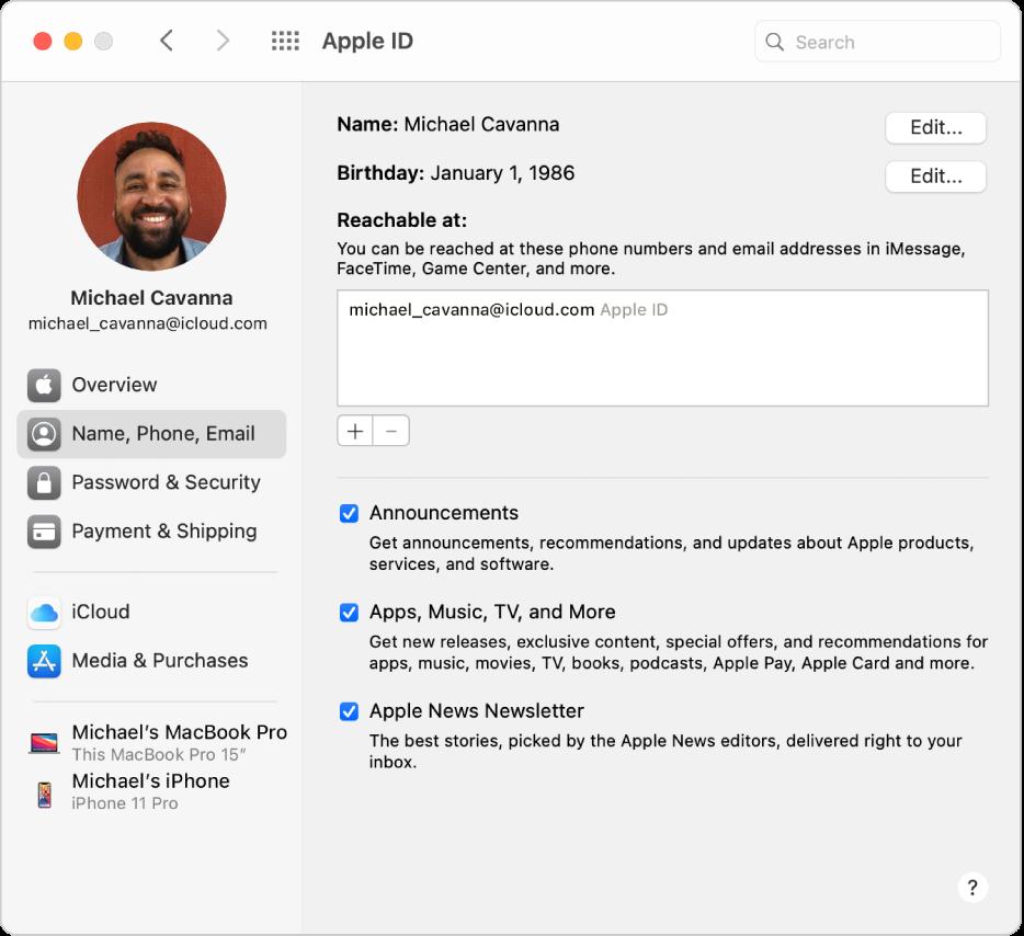 Inställningspanelen Apple‑ID med ett sidofält med olika typer av kontoalternativ som du kan använda och inställningspanelen Namn, Telefon, E-post för ett befintligt konto.