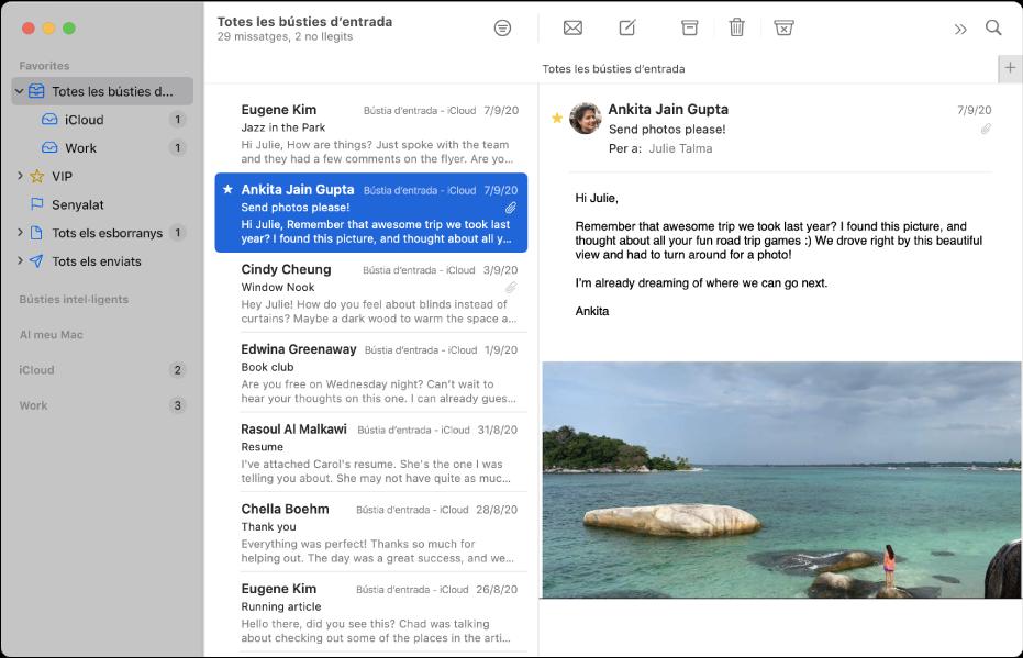 La barra lateral de la finestra del Mail, que mostra les bústies d'entrada per als comptes de l'iCloud i la feina.