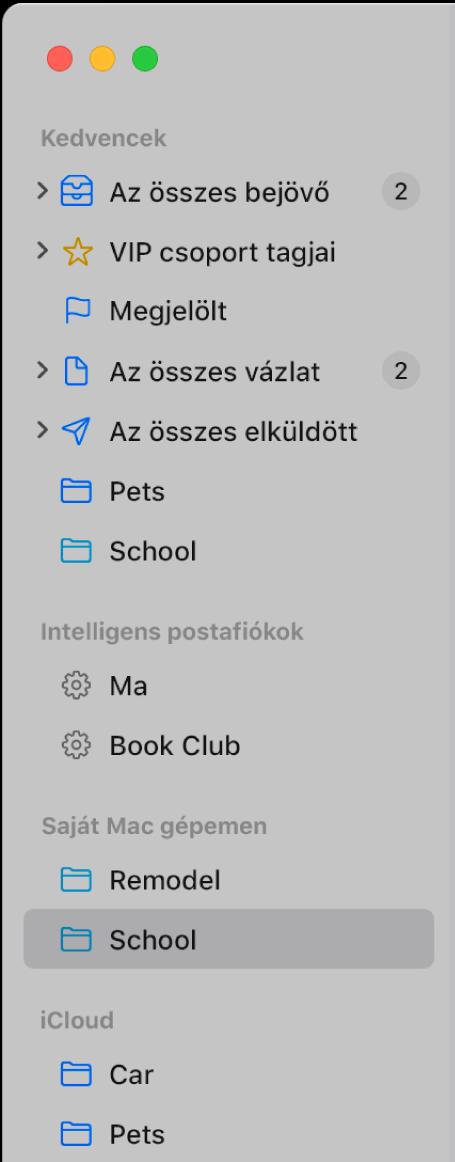 A Mail oldalsáv, amelyen a normál postafiókok (pl. Beérkező, Vázlatok stb). az oldalsáv tetején jelennek meg, valamint az Ön által létrehozott postafiókok a Saját Mac gépemen és az iCloud részekben.