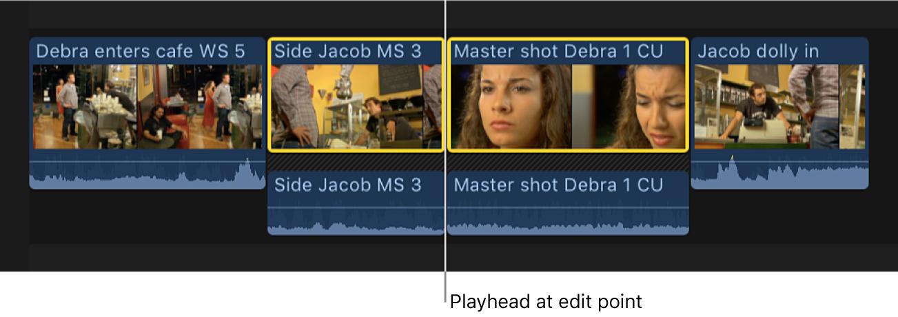 El cursor de reproducción situado en un punto de edición entre dos clips en la línea de tiempo
